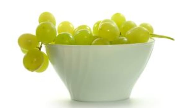1236715_green_grapes_on_white