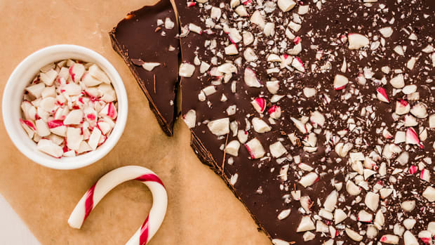 This 4-ingredient vegan peppermint bark will actually make you swoon