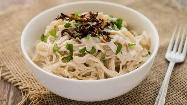 Creamy vegan pasta carbonara recipe with crispy shiitake bacon