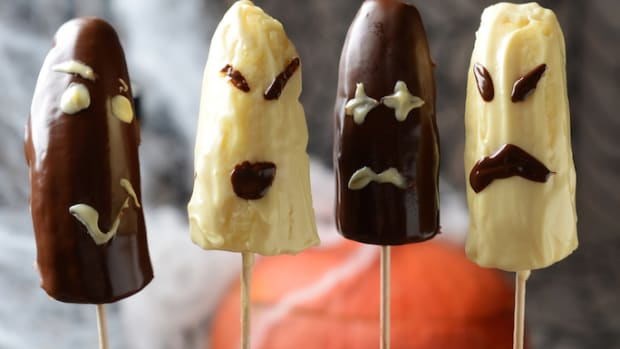 "Ghostly Halloween Recipe: Healthy, Vegan, and (Almost) Sugar-Free ""Boo""nana Pops"