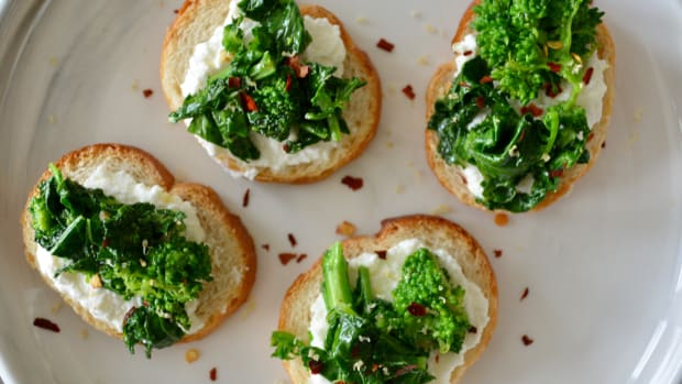 Wow-Worthy Broccoli Rabe Crostini in Just 15 Minutes