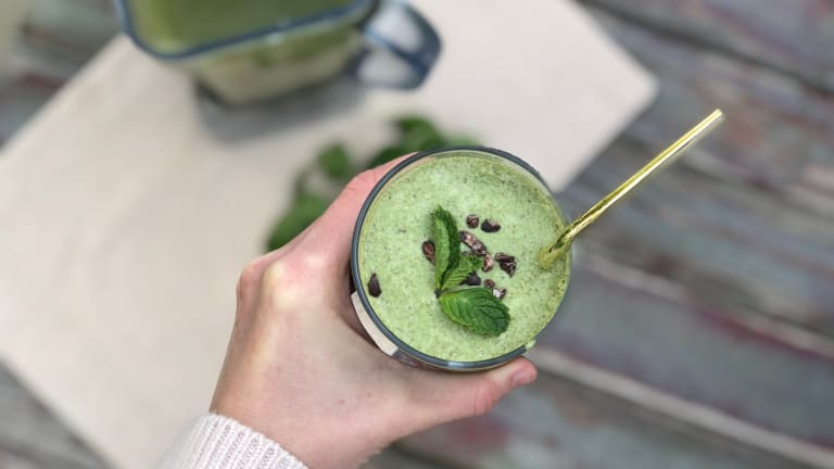 A Guilt-Free Mint Chocolate Shake With Spinach & Collagen Powder