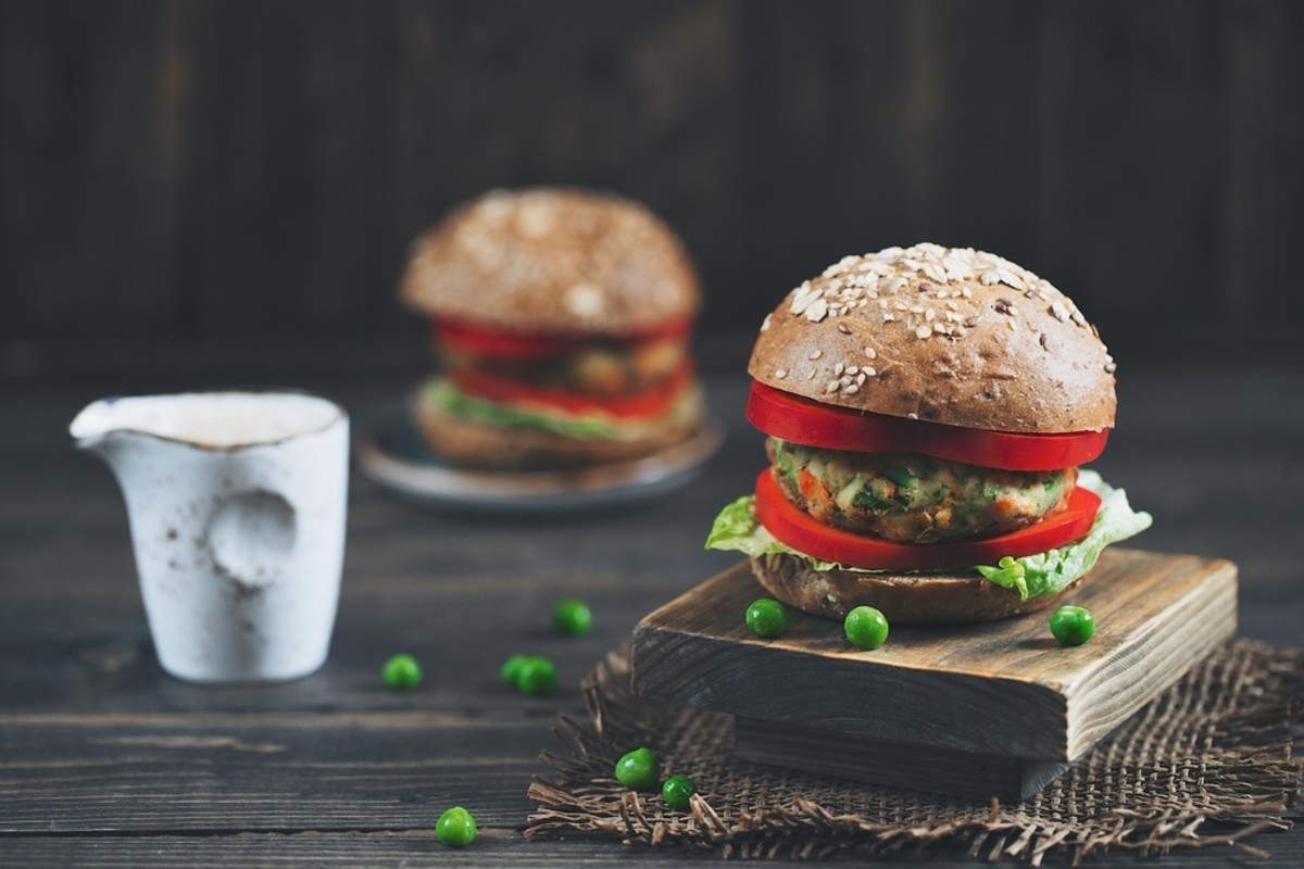 veggie burger with green peas