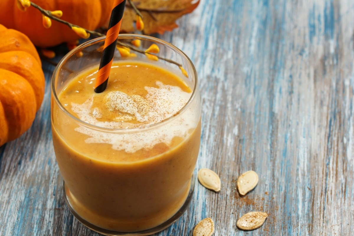 This pumpkin pie protein smoothie recipe is raw and vegan but tastes ...