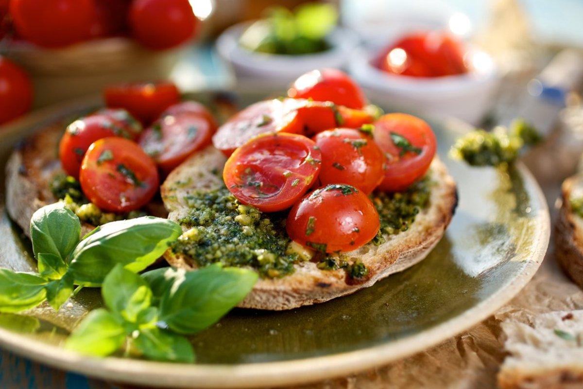 pesto tomato crostini