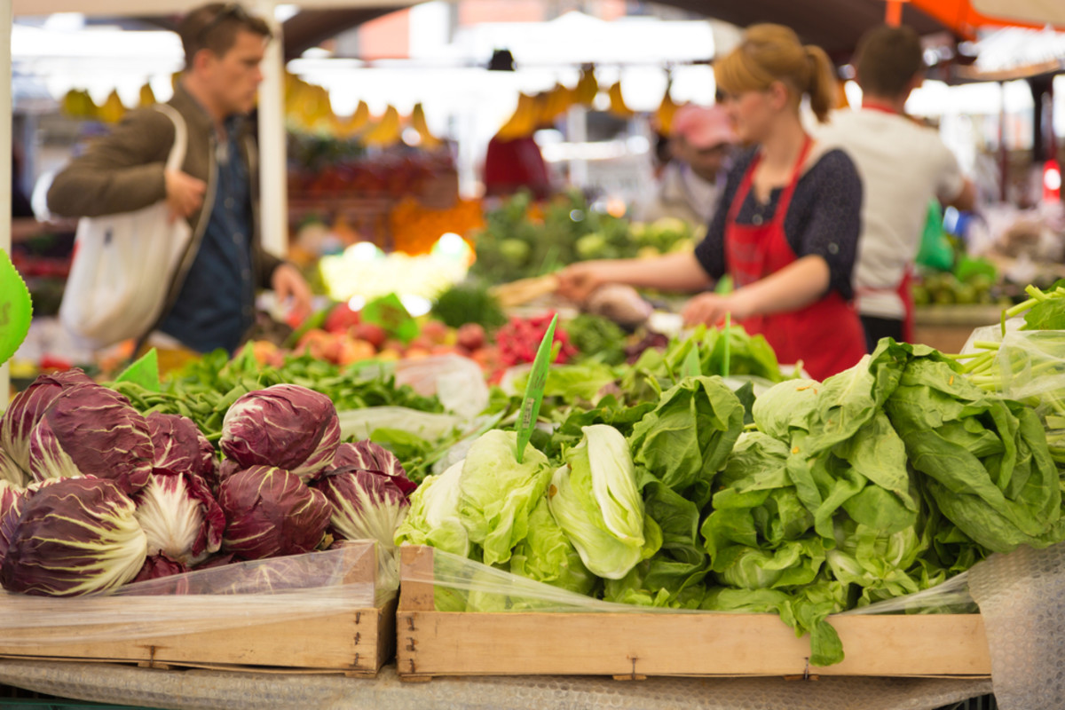 Be a thrifty farmers' market shopper with these tips.