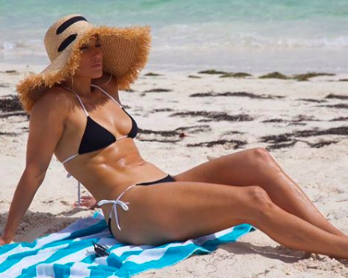 How Jennifer Lopez Gets Her Awesome Abs at 49