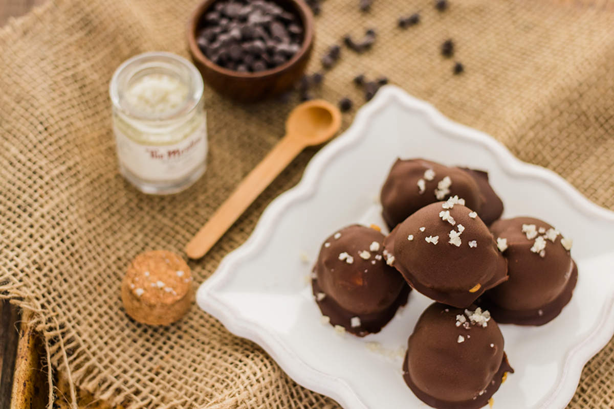 This is the best recipe for vegan salted caramel truffles. Only 4 ingredients and 4 steps!