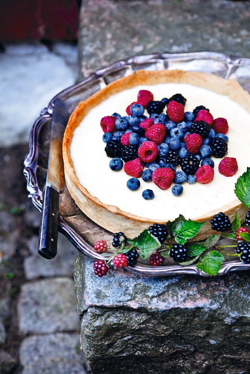 panna cotta pie with fresh berries